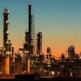 Industrie bij Pernis bij zonsondergang von Ilya Korzelius