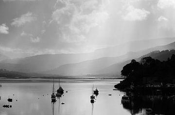 Regen en Zon zicht over Loch Portree van Stephan van Krimpen