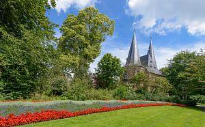 Cellebroederspoort in Kampen vanuit het stadspark in de zomer