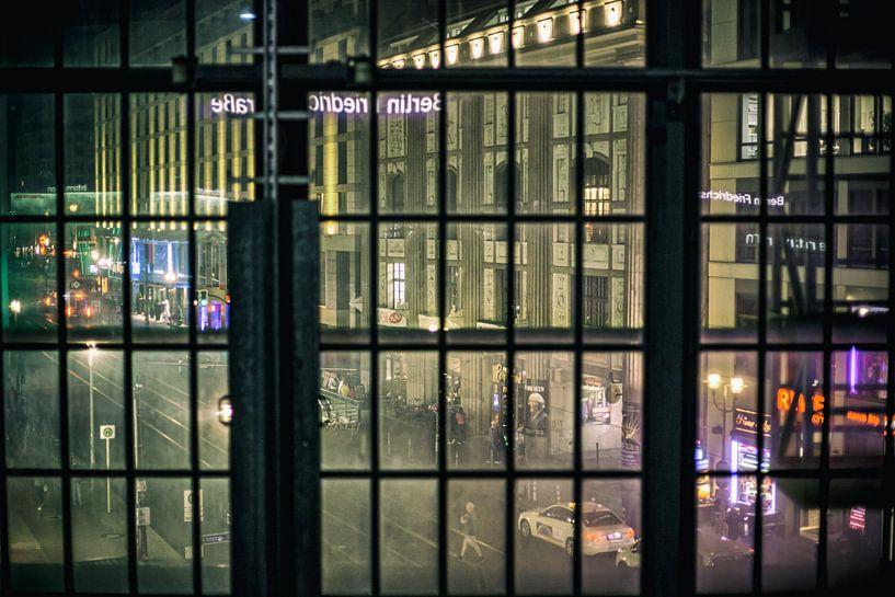 Uitzicht Friedrichstrasse vanuit  het treinstation Berlin van Eus Driessen