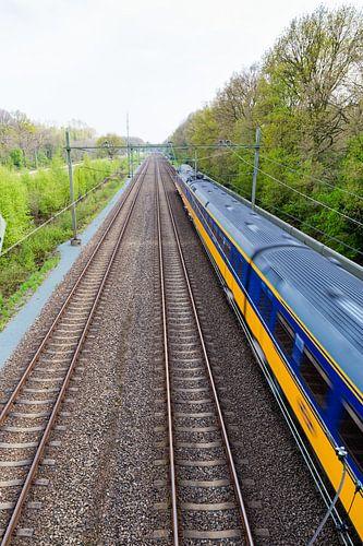 Rijdende trein nabij Onnen van