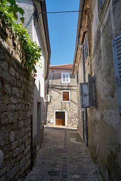 Ruelle déserte dans la vieille ville historique de Krk