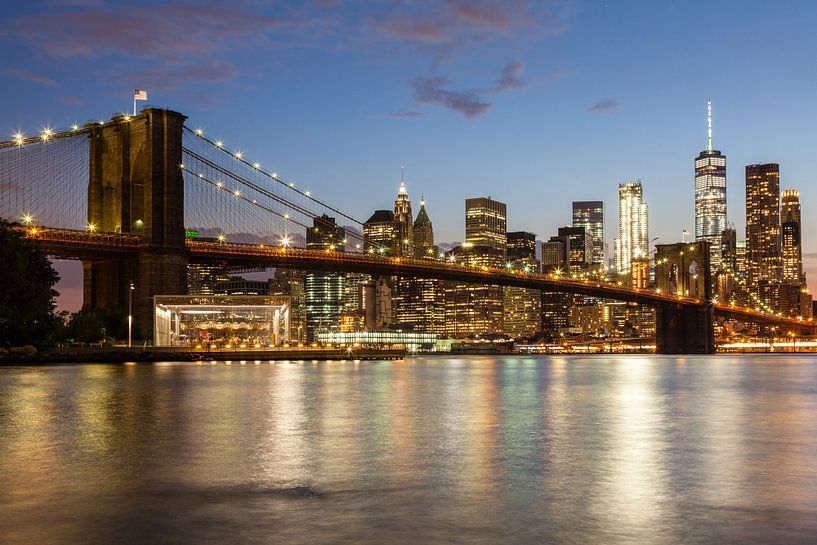 Skyline New York in de avond van Bart van Dinten