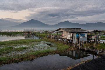 Simpel vissershuis aan het Rawapening meer in Midden Java van Anges van der Logt