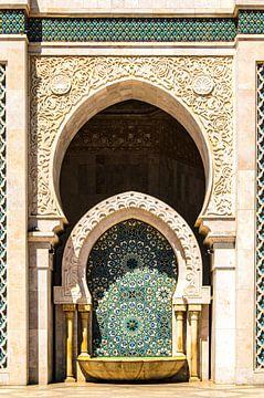 Brunnen mit Mosaik an der Fassade der HAssan-II.-Moschee in Casablanca in Marokko von Dieter Walther