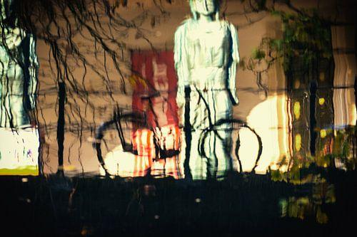 Reflectie van een fiets aan de Oudegracht in het water met de Winkel van Sinkel op achtergrond van