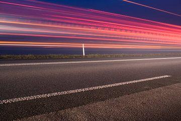 Langs de kant van de weg met meer achterlichten