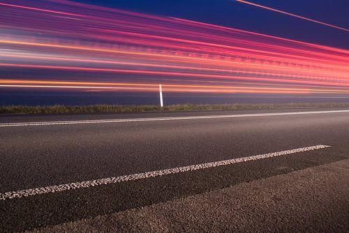 Langs de kant van de weg met meer achterlichten van