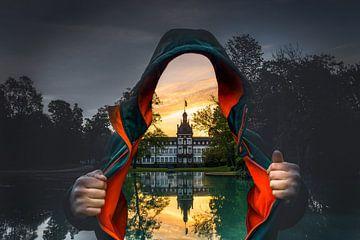 Man met open jasje. In plaats van het lichaam zie je het kasteel Philipsruhe in Hanau en de weerspie van Jan Wehnert