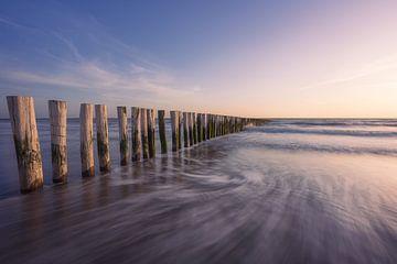 Wellenbrecher im Meer von Thom Brouwer