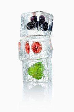 12340504 Stapeltje ijsblokjes met blauwe bessen, framboos en melisse erin van BeeldigBeeld Food & Lifestyle