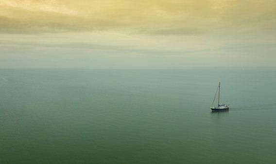 Zeilboot op het IJsselmeer van Menno Schaefer
