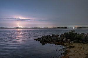 Onweer boven het lanterstrand in Zeewolde van Robin van Maanen