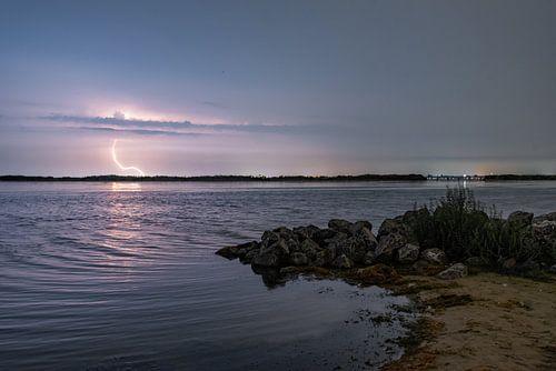 Onweer boven het lanterstrand in Zeewolde