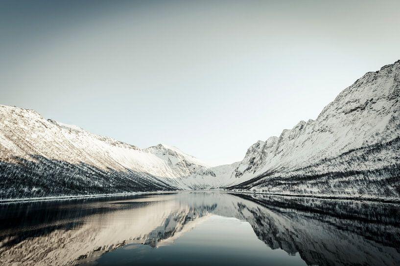 Gryllefjord panoramisch uitzicht tijdens een mooie winterdag van Sjoerd van der Wal