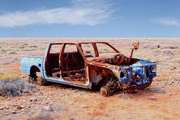 Autowrack im Outback von Inge Hogenbijl