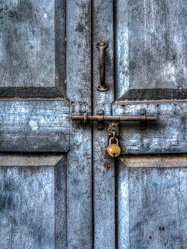Blauwe deur van Ron van Ewijk