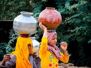 Indien - Tordi Sagar - Wasser transportieren von Rik Pijnenburg