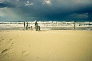 verlaten strand in de storm...