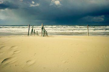 verlaten strand in de storm...  van