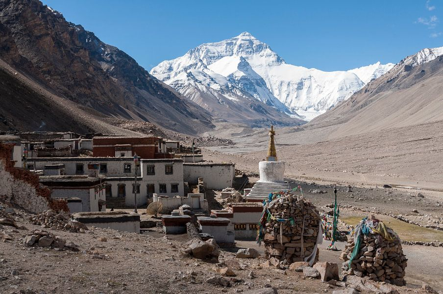Rongbuk klooster bij de Mount Everest van Adri Vollenhouw