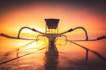 Prachtige klassieke Aziatische vissersboot op het strand van Bali in Sanur. De Jukung ligt bij zonso van Fotos by Jan Wehnert