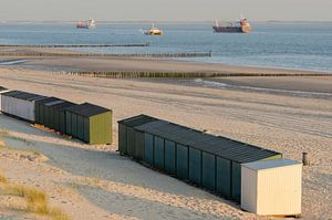 Strandhuisjes op een strand in Zeeland in Nederland