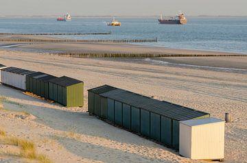 Strandhuisjes op een strand in Zeeland in Nederland van Tonko Oosterink