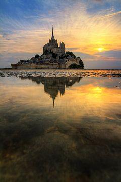 Verticale reflectie Mont Saint-Michel von Dennis van de Water