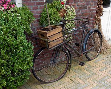 oude fiets met houten kist van Compuinfoto .