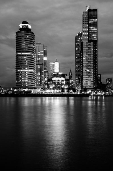 Black and white-night Wilhelminapier Rotterdam van Maurice Verschuur