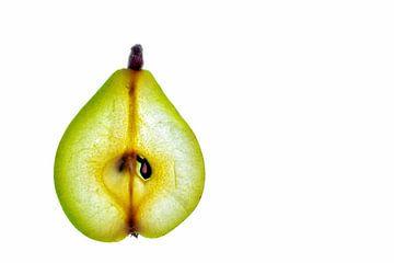 Schijfje groene peer geïsoleerd op een witte achtergrond. van Carola Schellekens
