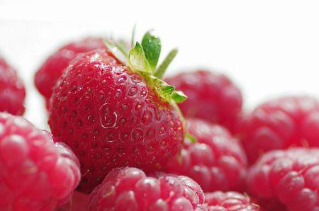 Erdbeere auf Himbeeren Bett