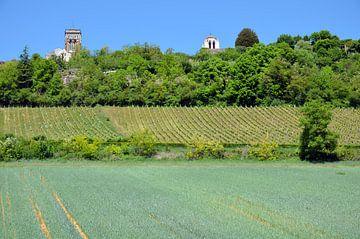 Vue de la ville de pèlerinage de Vézelay avec sa basilique en Bourgogne et ses terres arables au pre