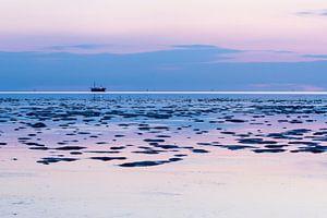 Vissersboot op de Waddenzee van