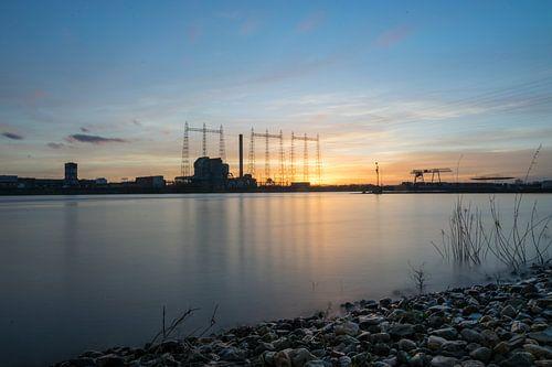 La centrale électrique de Nimègue lors d'un coucher de soleil fantastique