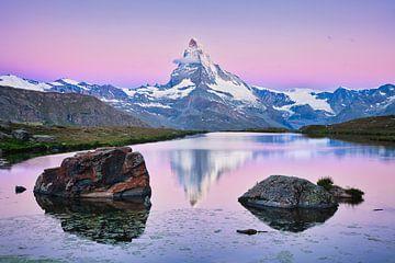 Das Matterhorn mit Reflexion bei Sonnenaufgang in den Alpen von iPics Photography
