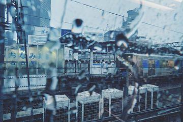 Tokyo Station in de regen van Tom Rijpert