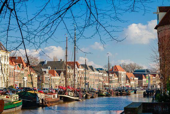 Een blik op de Thorbeckegracht in Zwolle, gezien van het Pelserbrugje