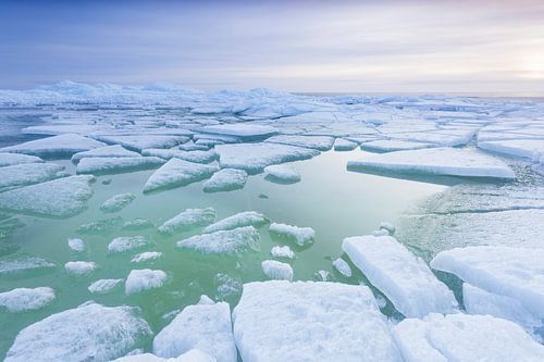Kruiend ijs voor de kust van Hindeloopen