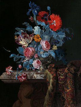 stilleven met bloemen in een zilveren vaas en een opgevouwen kleed, hendrick de fromantiou
