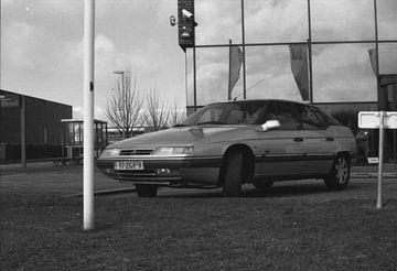 Een oude geparkeerde auto in zwart wit van Melvin Meijer