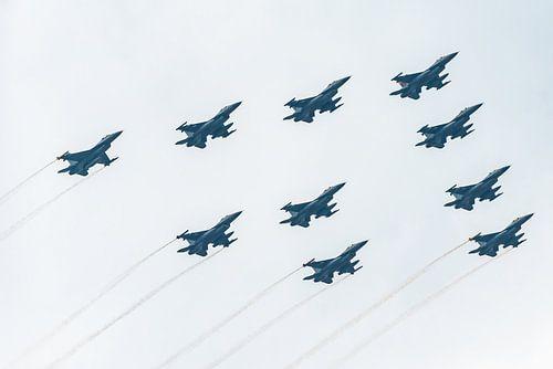 Nederlandse F16 vliegtuigen in formatie van