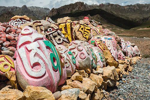 Mani stenen bij een klooster aan de Mekong bij Shorda, Nanchen distrikt. sur