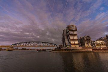 Blick auf die Handelskade und Eisenbahnbrücke, Nimwegen von Stefan van der Wijst