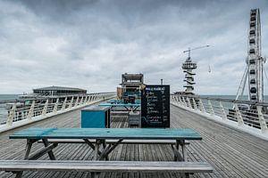 Pier van Scheveningen in de herfst met wolken van Wouter Pinkhof