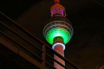 Televisietoren Berlijn - verlicht met groen licht van Frank Herrmann