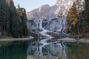 Bos en berg reflectie Lago di Braies (Dolomieten) van