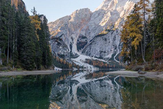 Bos en berg reflectie Lago di Braies (Dolomieten) van Thijs van den Broek