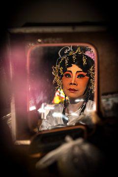 CHINESE ACTRICE MAAKT ZICH OP VOOR EEN VOORSTELLING IN BANGKOK von Wout Kok